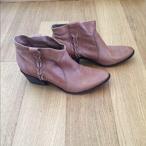 Women Joie's booties size 8